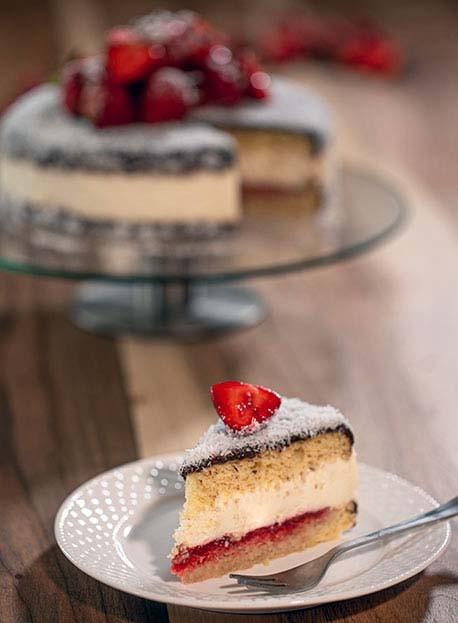 طرز تهیه کیک لمینگتون با توت فرنگی و نارگیل