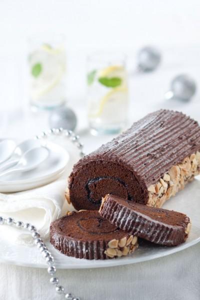 آموزش رول کیک شکلاتی با بادام پرک شده