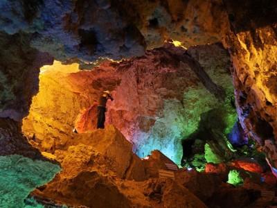 در سفر به دلیجان یا ایران از غار چال نخجیر دیدن کنید