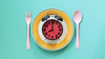 سرعت غذا خوردن خود را کم کنید