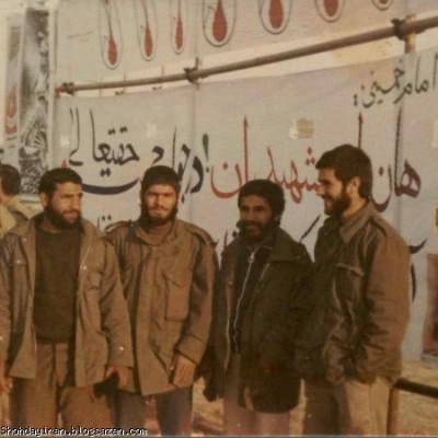 سال۶۰ گلزار شهدای آبادان نفر اول از راست شهید منصور داروئیان نفر چهارم شهید اردشیر محمدی