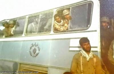 شهید منصور داروئیان کنار اتوبوس گردان آبادان روز اول عملیات آزادسازی خرمشهر