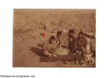 شهید منصور داروئیان به همراه رزمندگان در جبهه