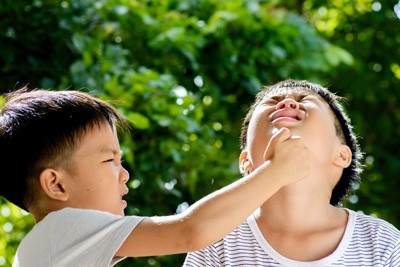با کودکی که دیگران را میزند چکار کنیم؟